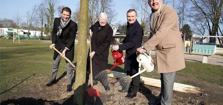Gespendete Bäume wachsen im Zoopark